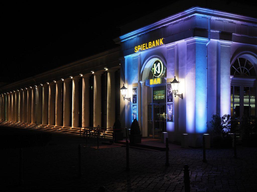 Ecke der Spielbank bei Nacht